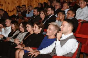 Antonio Jesús, autor de la novela, y Teresa García, concejala de Cultura, sentados junto a familiares y demás miembros de la corporación municipal